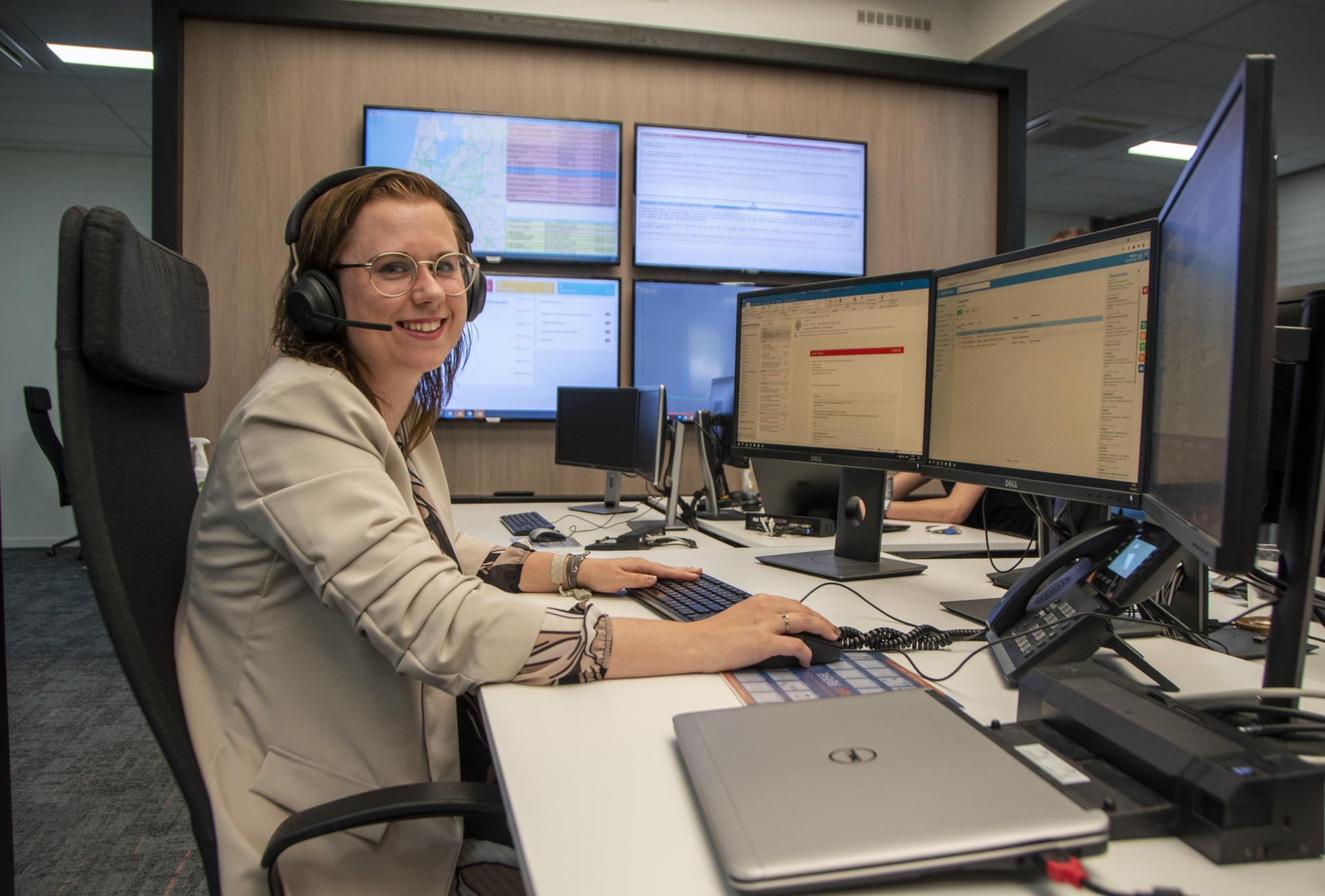 Marloes van der Meer aan het werk op de afdeling support van TéGéTèl   HBA